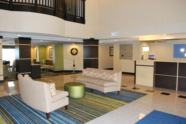 bloomington il hotel with jacuzzi suites