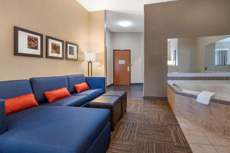 champaign il hotels with jacuzzi in room