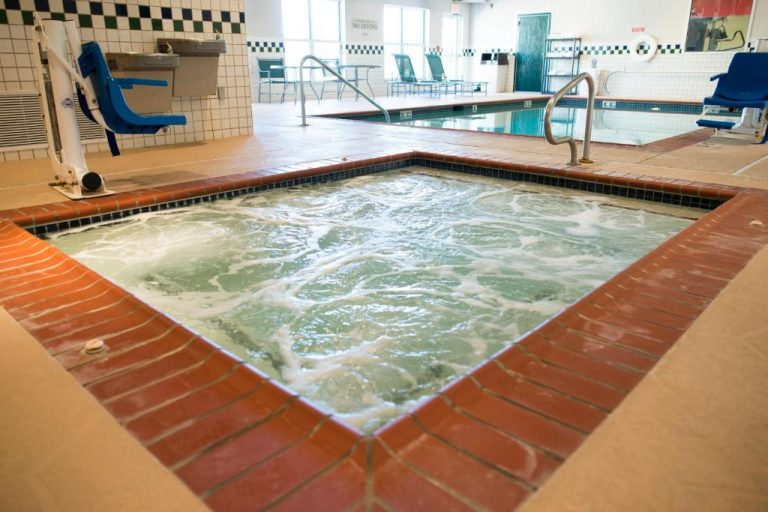 hotels with indoor pool and hot tub in effingham il