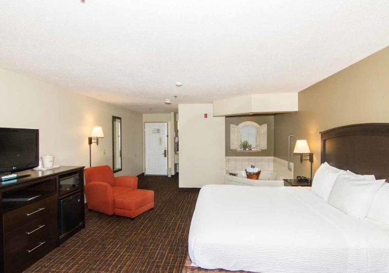 hotels with hot tub in room peoria il
