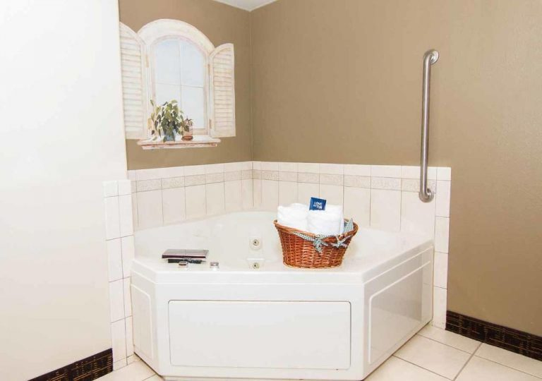 hotels with jacuzzi in room in peoria il