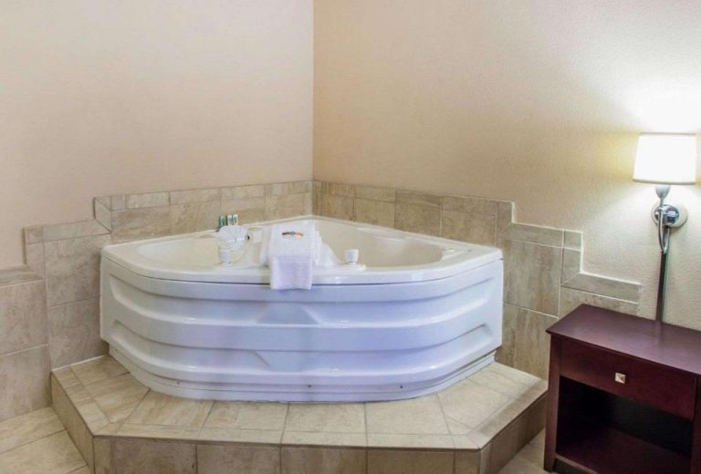 hotel with jacuzzi in room peoria il